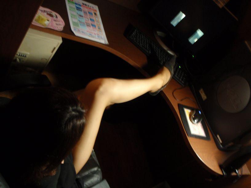 ネットカフェの女性が利用している部屋を盗撮した素人エロ画像06