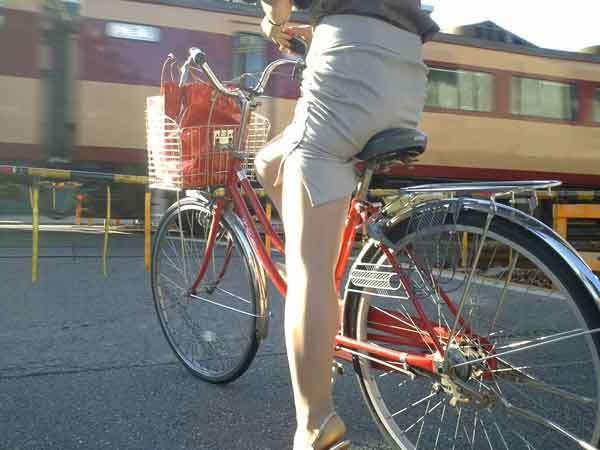 自転車のサドルに乗ってるお尻を街撮りした素人エロ画像14