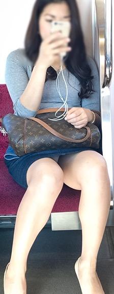 電車内のパンチラ素人エロ画像8