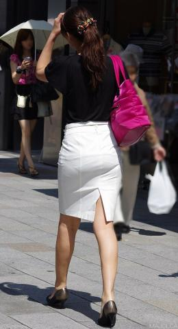 タイトスカートを履いた夏のお姉さんの後ろ姿街撮りエロ画像13