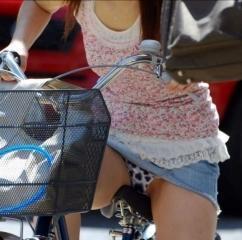 ミニスカで自転車にのってパンチラしている素人エロ画像08