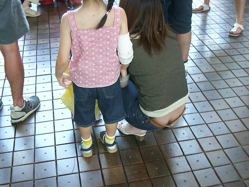夏のファッションで無防備にエロさを振りまく子連れママの街撮り素人エロ画像09