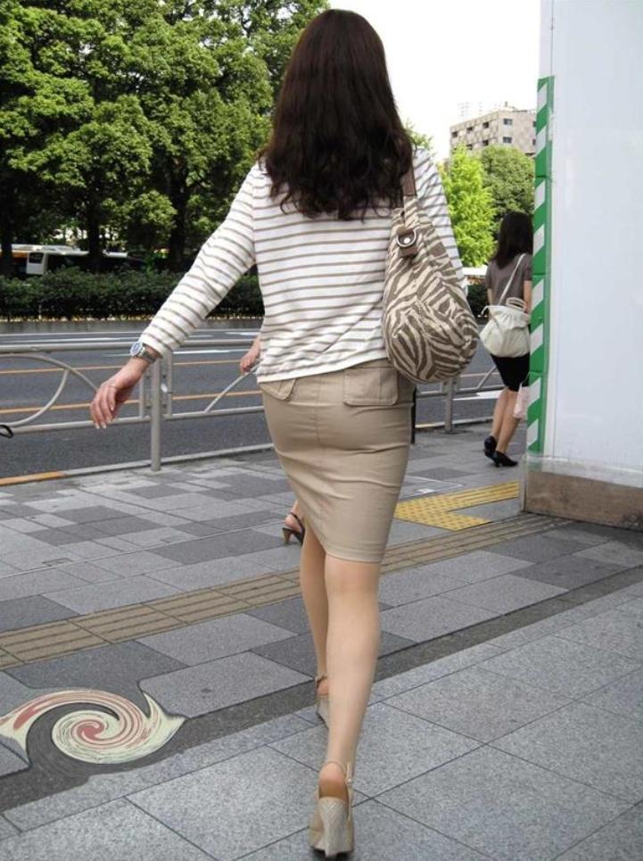 タイトスカートお尻の街撮り素人エロ画像7