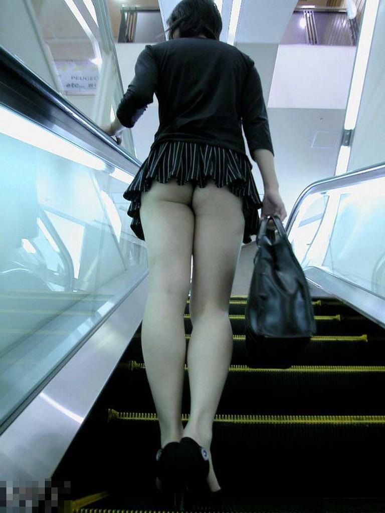 ちょっと上見ただけで見えたエスカレーターのミニスカパンチラとお尻の素人エロ画像04