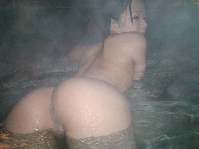 混浴に全裸で出没する野外露出痴女の素人エロ画像10