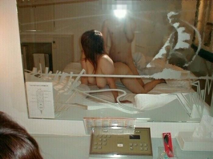 鏡前でハメ撮りしてるカップルの素人エロ画像4