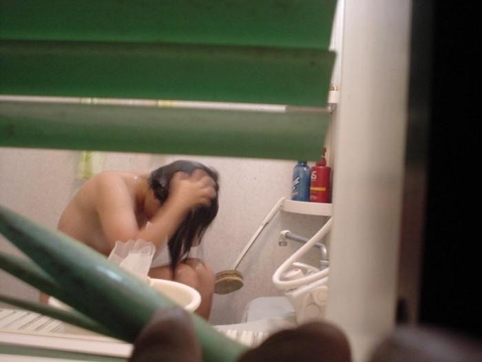 女性が入浴中のお風呂を盗撮した素人エロ画像11