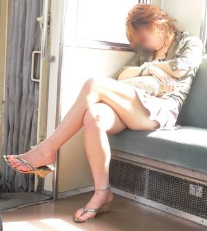電車で居眠りしてる女性のパンチラ盗撮素人エロ画像1
