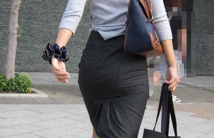 【素人エロ画像】左右にうごく尻肉がたまらんタイトスカートお姉さんのお尻www