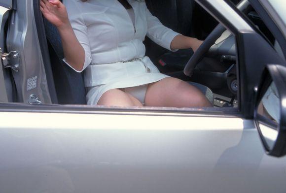 ミニスカ女子の車に関するパンチラ素人エロ画像27