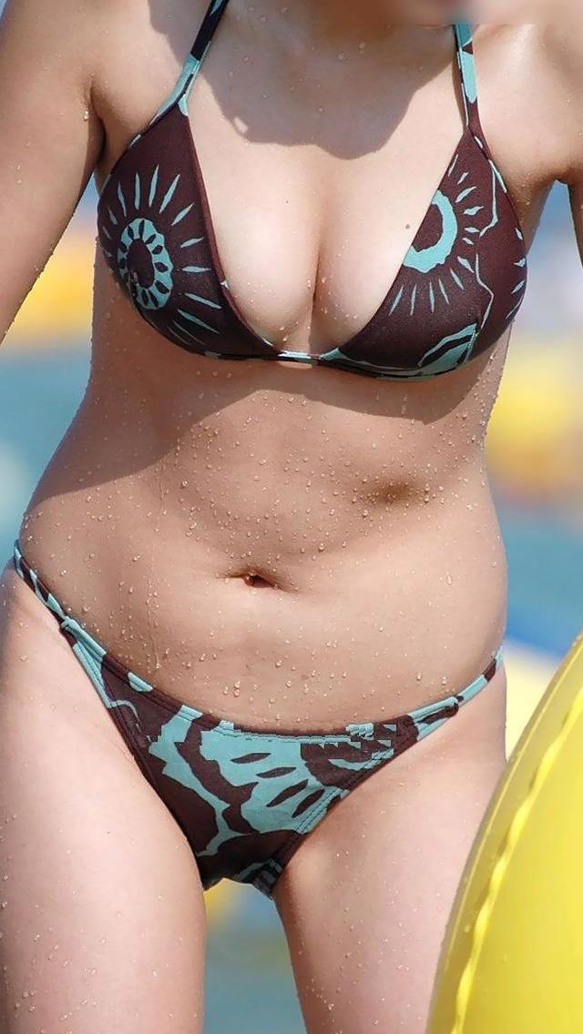素人ギャルのビキニ姿のビーチ盗撮素人エロ画像9