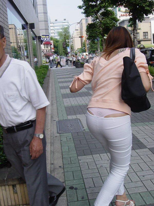 ローライズに多い腰パンチラ素人エロ画像10