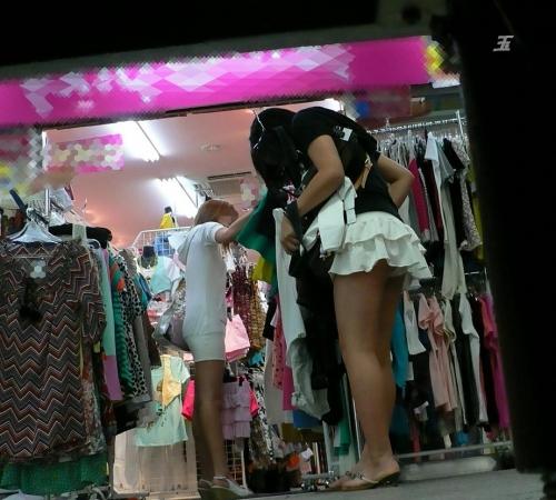 短すぎるミニスカのパンチラ街撮り素人エロ画像01