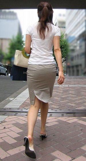 タイトスカートを履いた夏のお姉さんの後ろ姿街撮りエロ画像19
