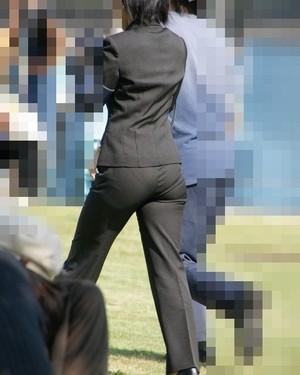 OLさんのパンツスーツのパン線くっきりお尻を街撮りした素人エロ画像21