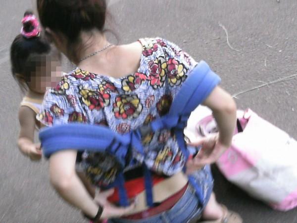 子連れママのHな腰パンチラ街撮り素人エロ画像17