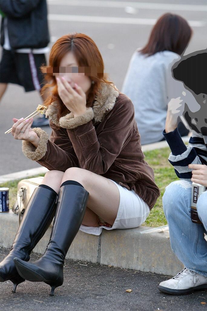座りパンチラ街撮り素人エロ画像19