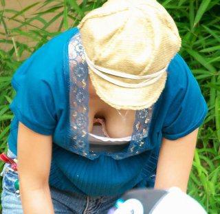 子連れ若ママの胸チラおっぱい盗撮素人エロ画像053