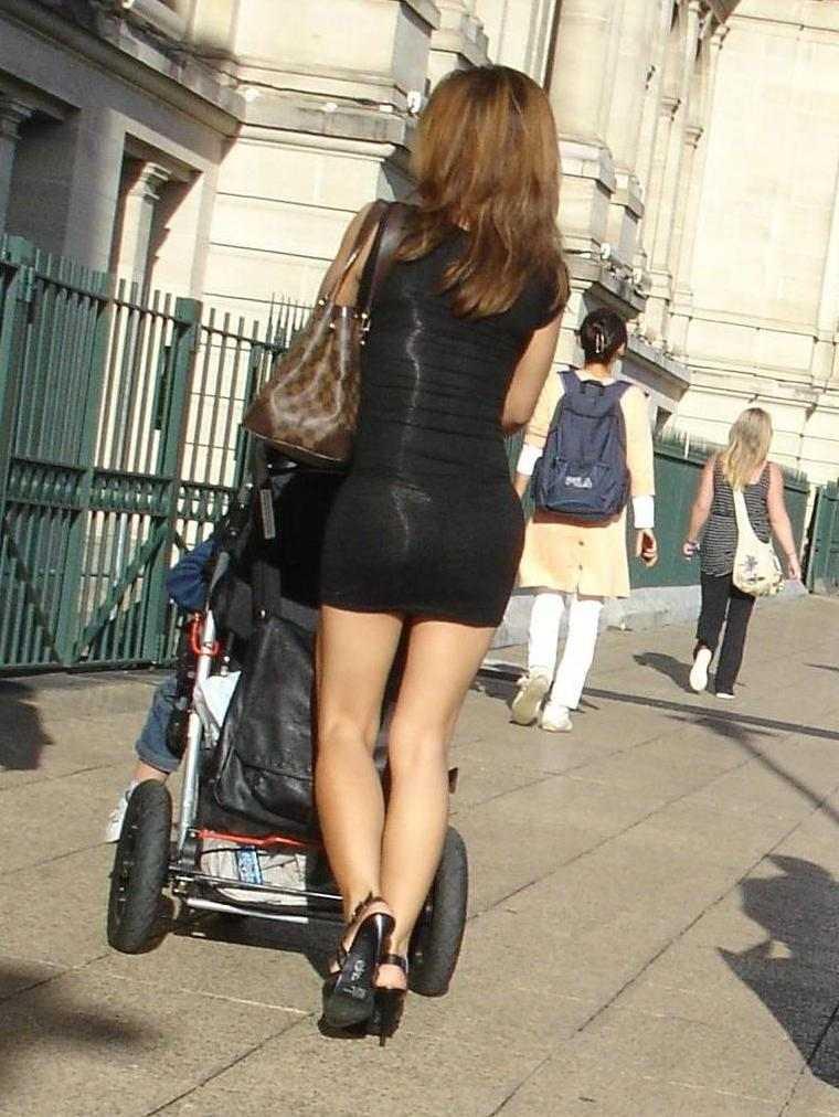 とにかくお尻がエロい子連れ若ママの後ろ姿を盗撮した素人エロ画像4