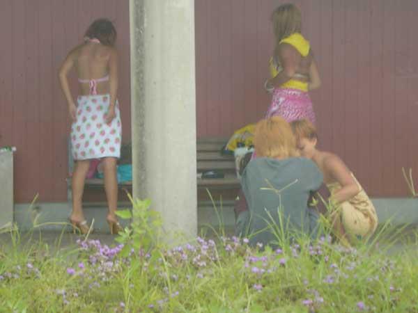 野外で着替える素人女性の盗撮エロ画像28