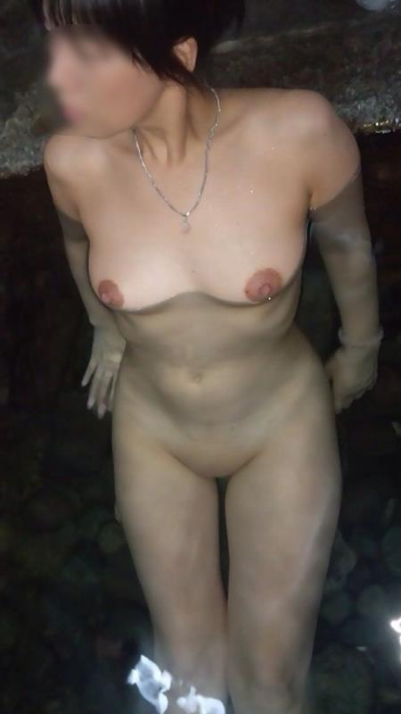 露天風呂の全裸入浴女子の素人エロ画像02