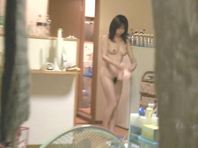 女性の部屋を狙った民家盗撮素人エロ画像11