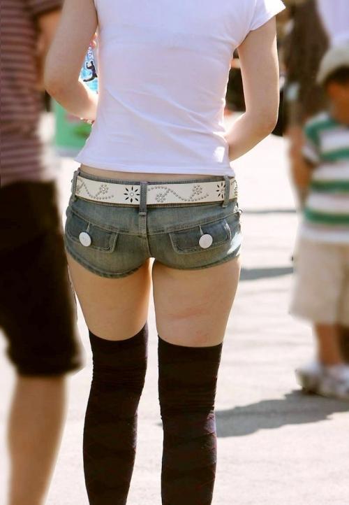 デニムホットパンツのお尻を街撮りした素人エロ画像19