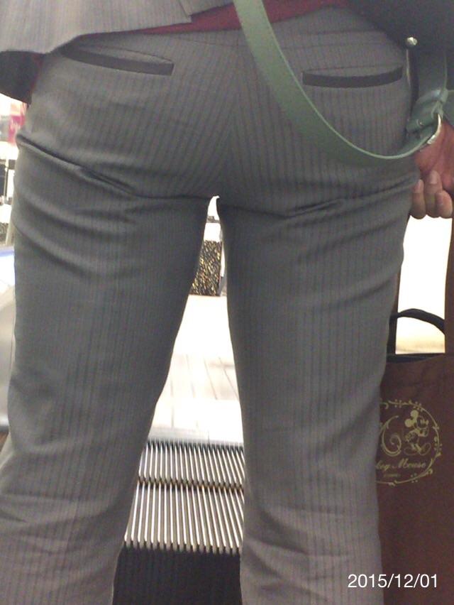 パンツスーツのお尻追跡街撮り素人エロ画像9