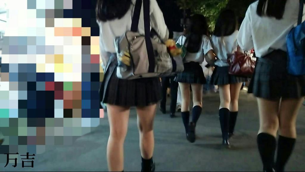 【素人エロ画像】制服ミニスカJKのムチムチでスベスベな太もも