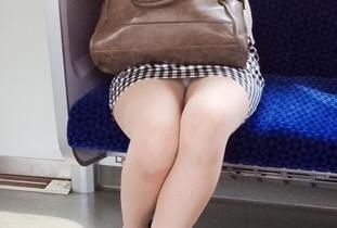 """<span class=""""title"""">【素人エロ画像】膝枕してほしいムチムチ太ももやパンチラがたまんない電車内盗撮www</span>"""
