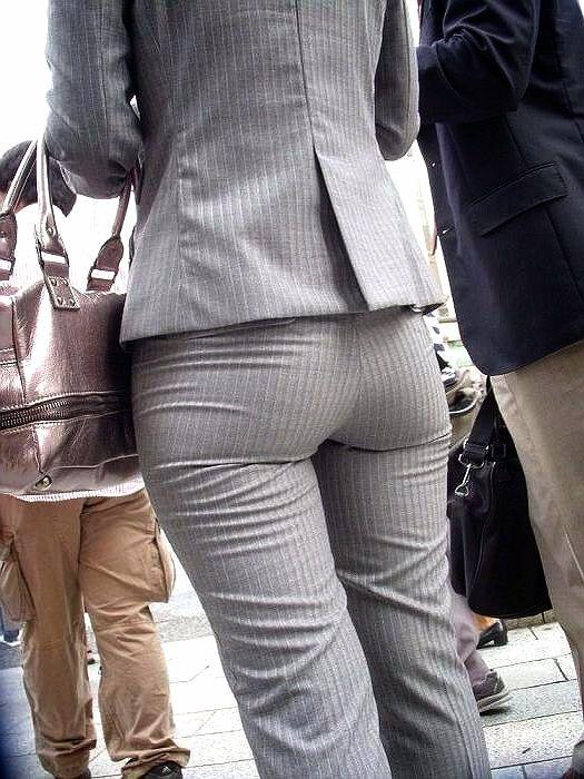 パンツスーツのお尻20