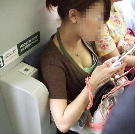 電車内胸チラおっぱい8