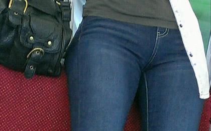 【素人エロ画像】デニムやショートパンツやパンツスーツの股間wチンコついてない感じが最高にやらしいw