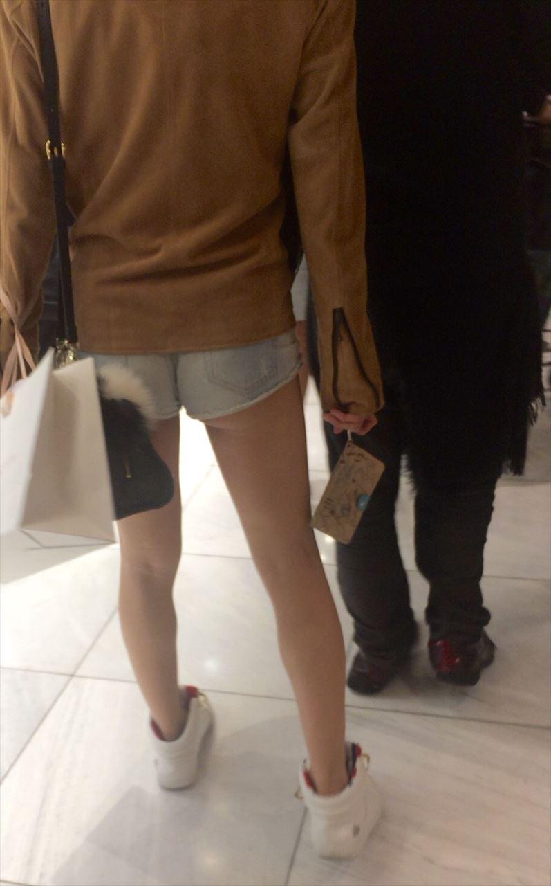 ショートパンツ女子の街撮り素人エロ画像-006
