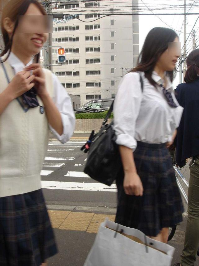 女子高生の制服おっぱい街撮り素人エロ画像34