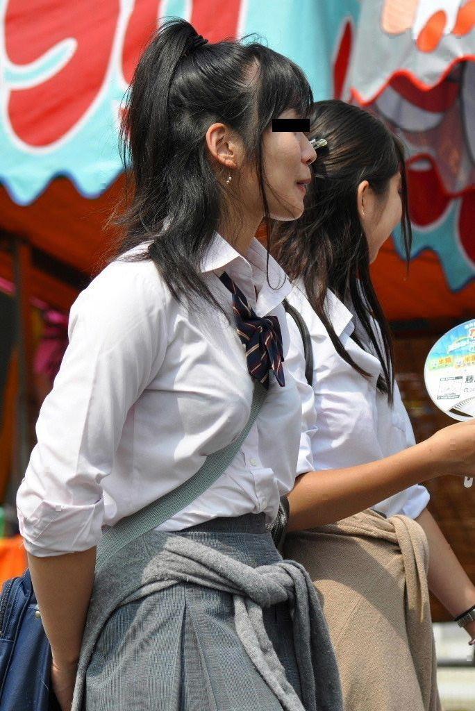 女子高生の制服おっぱい街撮り素人エロ画像4