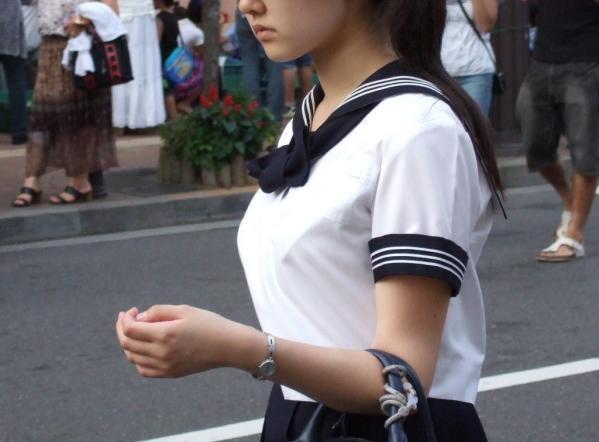 女子高生の制服おっぱい街撮り素人エロ画像7