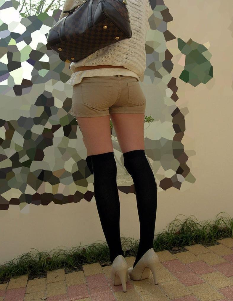 太ももが性器に思えちゃうショートパンツ女子を街撮り15