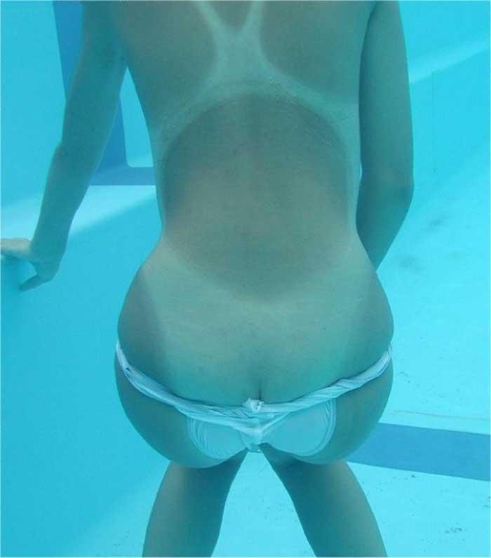 プールの中でこっそり露出7