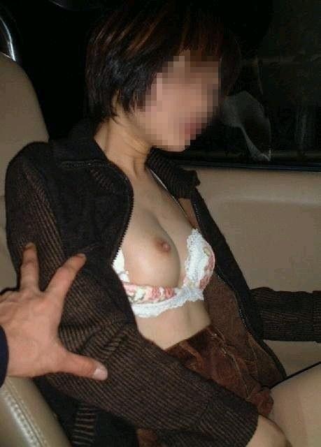 車の中でおっぱい露出しちゃう変態女子30