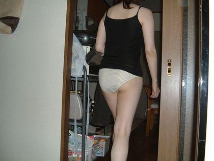 一緒に住んでる女子の無防備な姿を家庭内盗撮した素人エロ画像-049