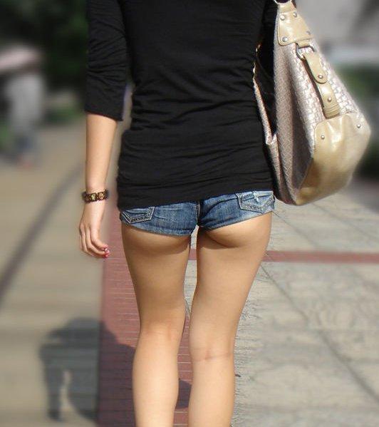 お尻のお肉がハミってるショートパンツ女子を街撮り018