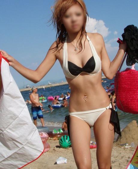 魅力的な水着姿のギャルをビーチで盗撮009