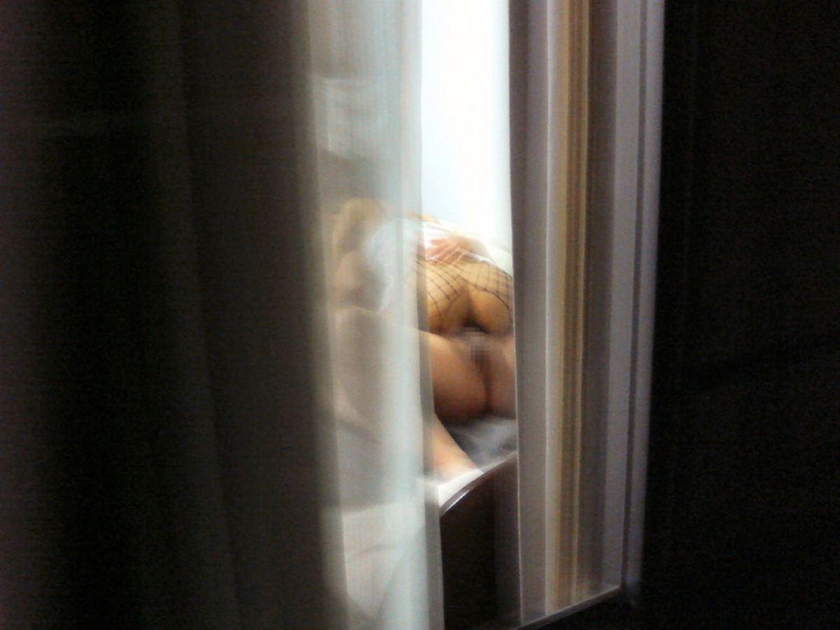 人の家の窓から見えてるエッチな光景-38
