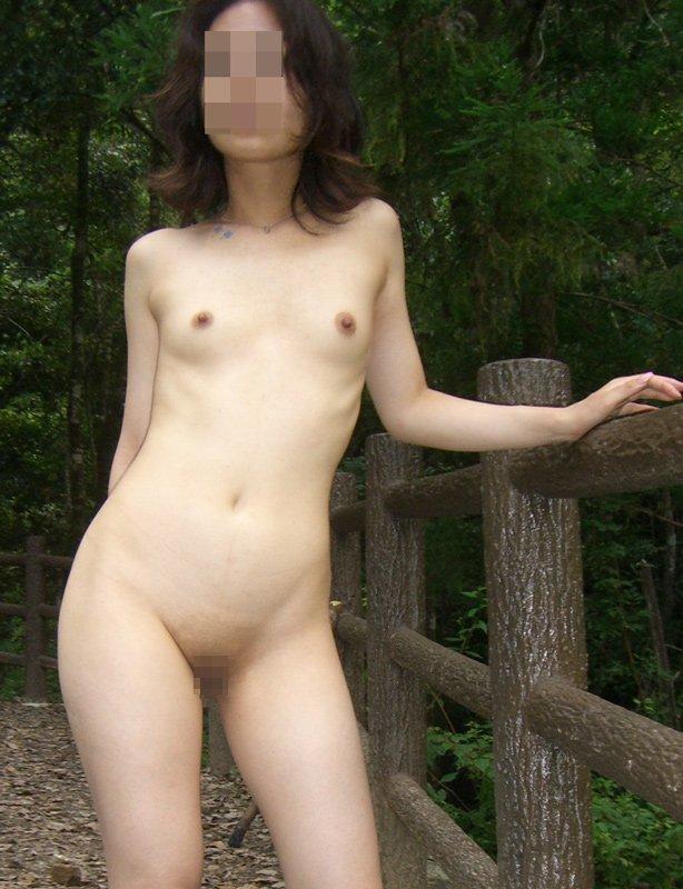 全裸で全部見せちゃう野外露出女子の素人エロ画像-9