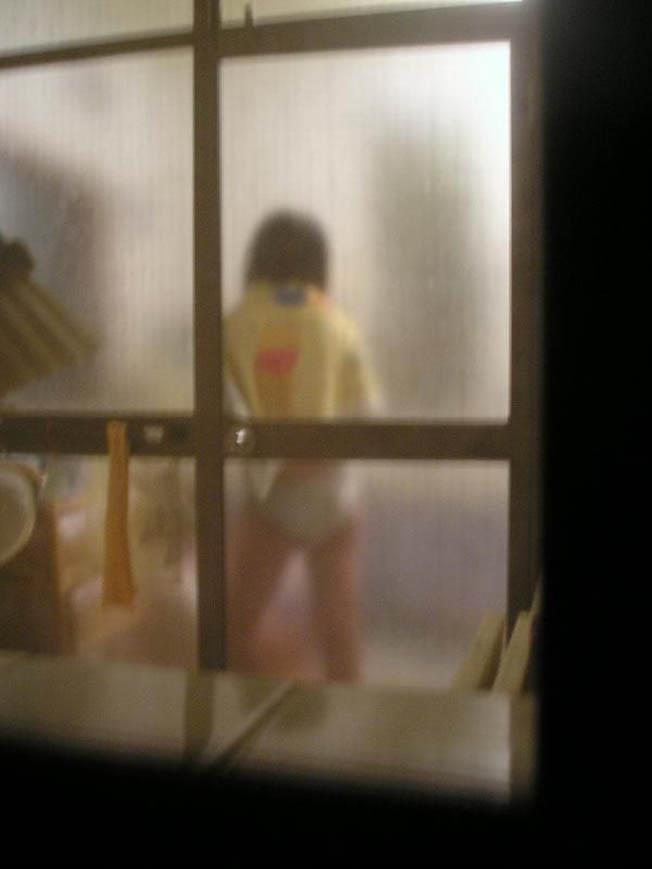 部屋やお風呂を覗かれている民家盗撮-004