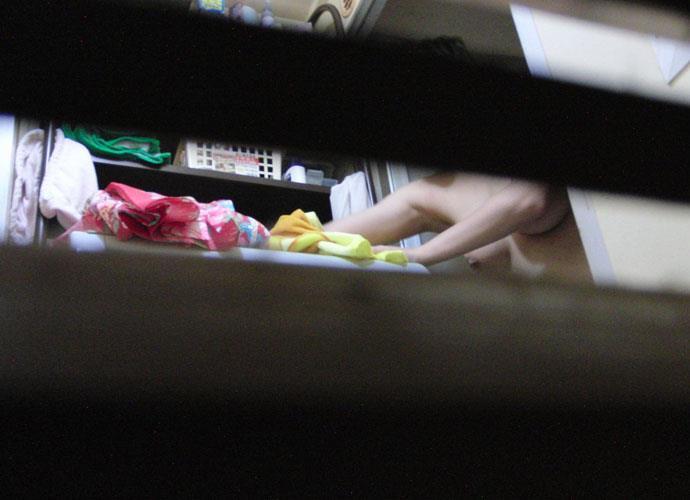 部屋やお風呂を覗かれている民家盗撮-025
