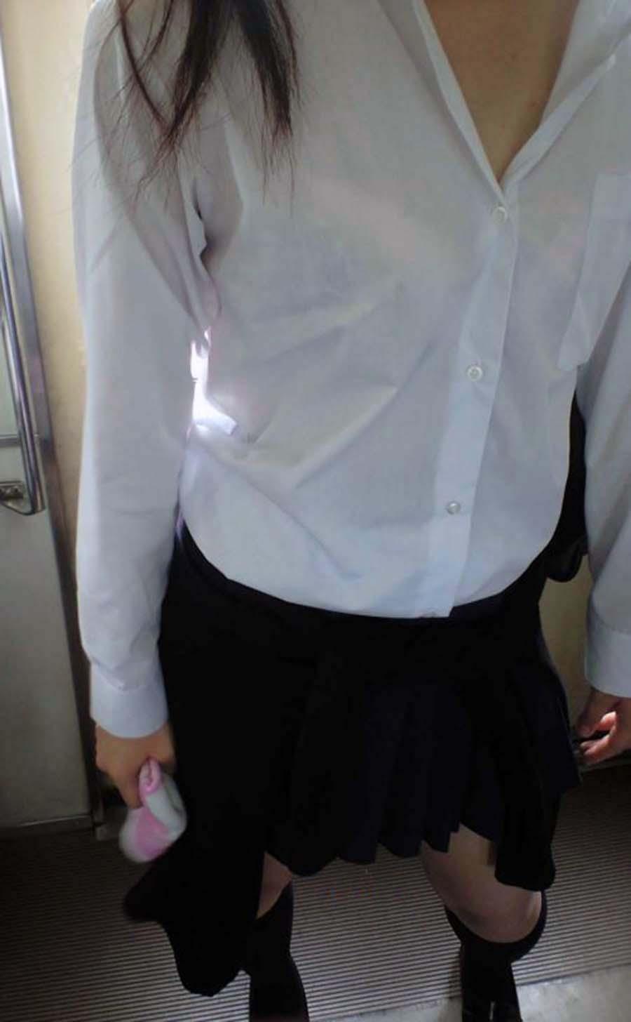 背中や胸から透けブラしてる夏服女子高生の画像023