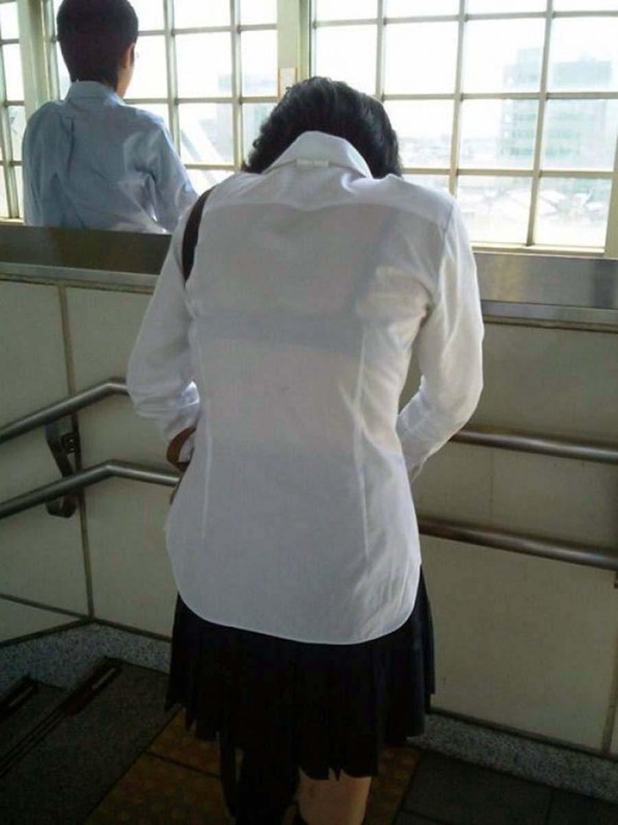 背中や胸から透けブラしてる夏服女子高生の画像009