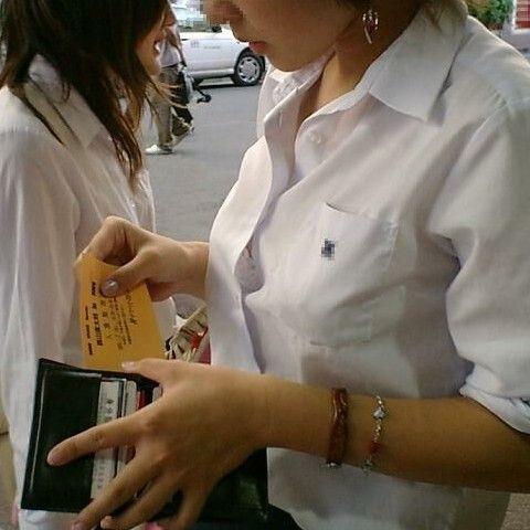 おっぱい側から見る女子高生の透けブラやブラチラ街撮り画像004